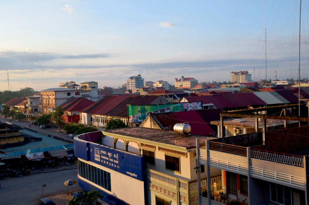 Blick von der Dachterrasse über Battambang