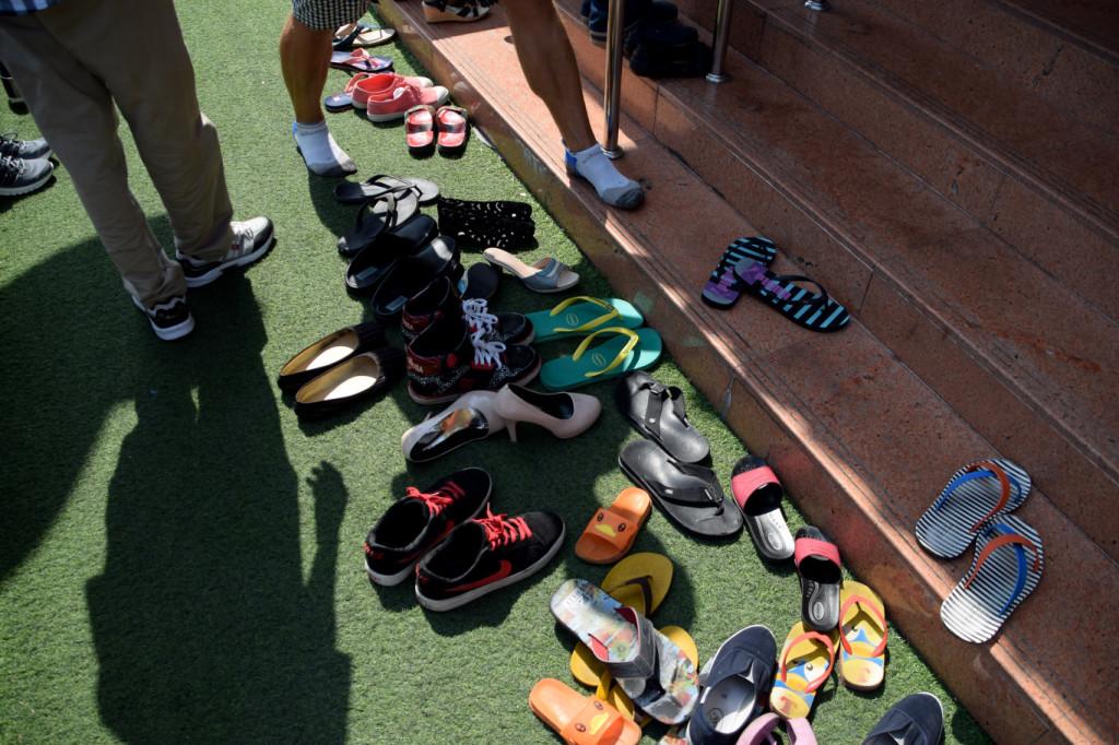 Schuhe aus im Tempel